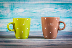 Plusieurs tasses de thé colorées sur le fond de vintage photos stock