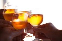 Plusieurs verres tintants de personnes avec les boissons froides Images stock