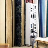 Plusieurs vieux livres et unité de disque dur de réseau Images libres de droits