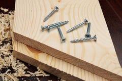 Plusieurs vis sur les planches en bois Images stock