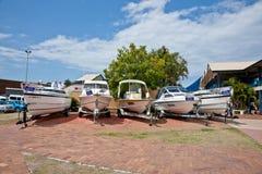 Plusieurs yachts sur le shoreside photo stock