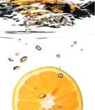 plusk pomarańczową wodę Zdjęcia Stock