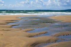Pluskocząca woda na pięknej piaskowatej plaży Obrazy Stock