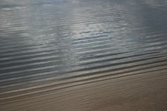 Pluskocząca szeroka rzeki powierzchnia fotografia stock