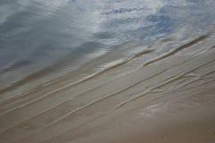 Pluskocząca szeroka rzeki powierzchnia zdjęcie royalty free
