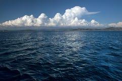 Pluskotać morze powierzchnię i biel chmurę zdjęcie stock