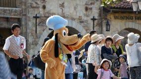 Pluto hälsar gäster på Tokyo Disneysea Royaltyfri Fotografi