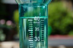 Pluviomètre rempli photo stock