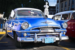 Plymouth bleu classique à La Havane. Photographie stock libre de droits