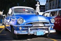 Plymouth bleu classique à La Havane. Le Cuba Photo stock