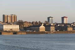 Plymouth byggnader förbiser floden Tamar Devon UK arkivfoto