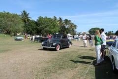 Plymouth clássica que conduz no campo Imagem de Stock Royalty Free