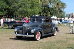 Plymouth clássica que conduz no campo Imagem de Stock