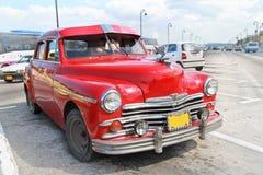 Plymouth rouge classique à La Havane. Le Cuba. Image libre de droits