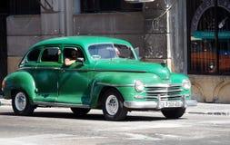 Plymouth verde restaurado en La Habana Imagen de archivo