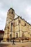 PLZEN TJECKIEN - JUNI 5: Domkyrka av St Bartholomew på republikfyrkanten Royaltyfri Foto