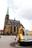PLZEN TJECKIEN - JUNI 5: Domkyrka av St Bartholomew på republikfyrkanten Royaltyfria Bilder