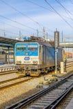 Plzen, Tsjechische Republiek - Februar 25, 2017 - Blauwe en grijze elektrische locomotief Stock Foto's