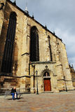 PLZEN, TSJECHISCHE REPUBLIEK - 5 JUNI: Oude mensenzitting op een bank dichtbij de St Bartholomew Kathedraal stock fotografie