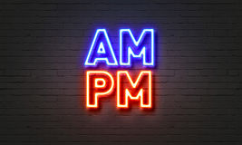 AM/PM σημάδι νέου στο υπόβαθρο τουβλότοιχος Στοκ Φωτογραφία