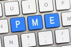 PME που γράφει στο άσπρο πληκτρολόγιο Στοκ εικόνες με δικαίωμα ελεύθερης χρήσης
