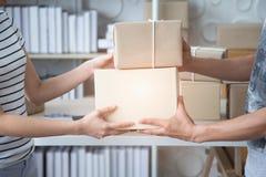 PME, caja del producto de la entrega del vendedor de la pequeña empresa al cliente fotografía de archivo libre de regalías