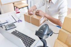 PME joven del empresario recibir el cliente de la orden y el trabajo con el mercado en línea de empaquetado de la entrega de la  foto de archivo libre de regalías