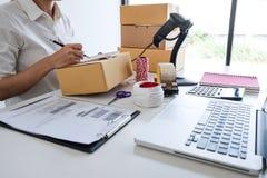 PME joven del empresario recibir el cliente de la orden y el trabajo con el mercado en l?nea de empaquetado de la entrega de la c fotografía de archivo