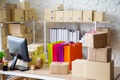 PME, magasin pour préparent le produit envoyé au client images libres de droits