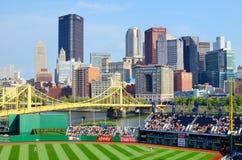 PNC-Park och i stadens centrum Pittsburgh arkivfoton