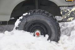 Pneu à quatre roues de véhicule emprisonné sur la neige L'hiver Photographie stock