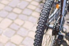Pneu cannelé sur une roue de vélo de montagne un jour ensoleillé photographie stock libre de droits