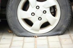 Pneu crevé sur la roue de voiture photos stock
