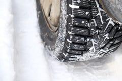 Pneu d'hiver avec des transitoires photographie stock libre de droits