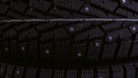 Pneu d'hiver sur le fond des supports avec des pneus clips vidéos