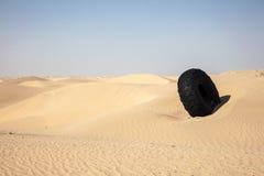 Pneu dans le désert Image libre de droits
