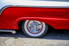 pneu de pneu à flanc blanc sur le Ranchero images libres de droits