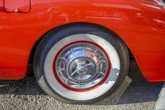 Pneu de pneu à flanc blanc sur vieille corvette image stock