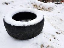 Pneu de carro grande na neve no inverno fotografia de stock
