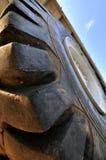 Pneu de chargeur de construction dans l'angle de vue large Photographie stock libre de droits