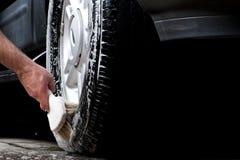 Pneu de nettoyage dans un lavage de voiture Photographie stock libre de droits