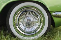 Pneu de pneu à flanc blanc sur une voiture faite sur commande verte Images libres de droits