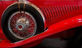 Pneu de reposição no carro desportivo vermelho velho Foto de Stock Royalty Free