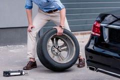 pneu de voiture changeant d'homme Image libre de droits