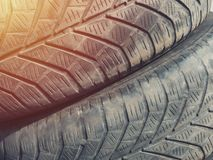Pneu de voiture, détail en gros plan et entretien de pneu utilisé image libre de droits