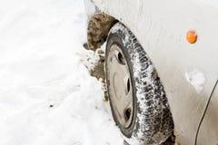 Pneu de voiture dans la dérive de neige Photographie stock