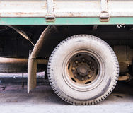 Pneu de voiture sale qui a été utilisé pendant longtemps Il est presque en panne et le besoin d'être entretien Photographie stock libre de droits