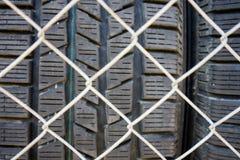 Pneu de voiture vu par la barrière Photographie stock libre de droits