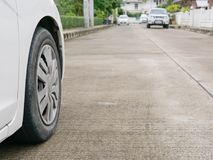 Pneu du ` s de voiture sur la route bétonnée avec de la pression des pneus appropriée étant prête pour une élimination sûre images stock