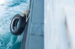 Pneu en caoutchouc accrochant en le ferry-boat image stock